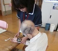 看護師がバイタル確認で血圧を測定しています